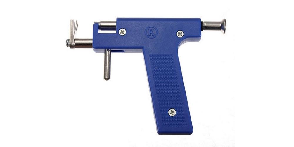 Piercing: proč jehlou a ne nastřelovací pistolí